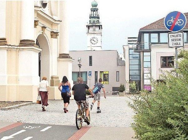 Napřiklad ceduli za průchodem mezi Dobrovského ulicí a náměstím ignoruje téměř každý cyklista. Chodci je sice respektují, ale na některých místech by podle Vyškovanů měli z kola sesednout, nebo alespoň zpomalit.