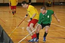 Ve žlutém hrající ivanovický útočník Tomáš Vaverka se snaží přelstít s pomocí mantinelu kapitána brněnského týmu MZLU Zdeňka Černína. Soupeři se nakonec v tomto zápase rozešli smírně.
