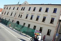 Omítka otlučená až na cihly, vymlácená okna. Tak před časem vypadal Greplův dům, který město koupilo v roce 2008 za patnáct milionů. Teď jeho rekonstrukce končí. Brzy poslouží lidem.