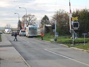 Řidič v úterý ráno prorazil část závory na železničním přejezdu ve vyškovských Nosálovicích