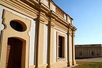 Slavkovské předzámčí. V těchto budovách bude nová napoleonská expozice.