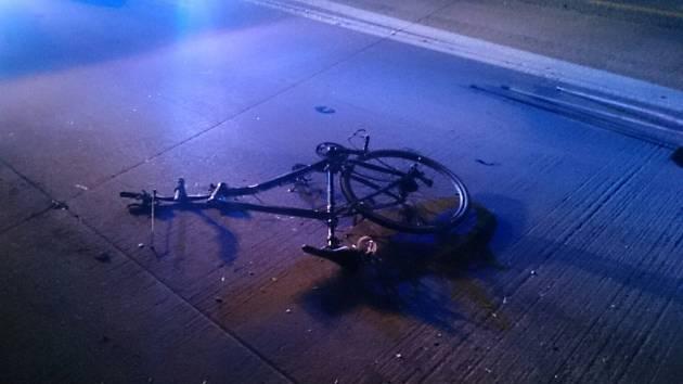 Na D1 u Holubic auto srazilo cyklistu.