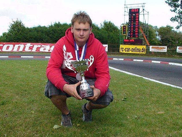Aleš Bayer ze Slavkova propadl závodění s rádiem řízenými modely aut. Je držitelem několika juniorských titulů mistra ČR a Evropy.