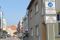 Přestože ve vyškovské Dobrovského ulici platí pěší zóna, o pohled na parkující nebo projíždějící auta v ní není nouze.