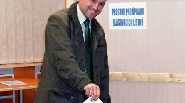 Svůj hlas do volební urny hodil už i jeden z obyvatel co do počtu voličů nejmenšího okrsku na jihu Moravy, kterým je vojenský újezd Březina, Ladislav Grossmann.