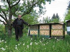 Jan Alán z Radslavic musel část svých úlů spálit kvůli včelímu moru. V další části, kterou měl umístěnou na jiném místě, se nákaza nepotvrdila. Věří, že tyto úly zachrání.
