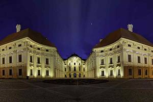 Kouzlo zámku zvýrazní noční nasvícení. V opravené památce přibyl také výtah pro hendikepované.