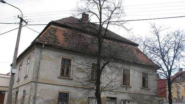 Stav takzvané staré pošty v Rousínově je tristní. Její majitel Oldřich Pavlas tvrdí, že se s památkáři nemůže dohodnout na její opravě.