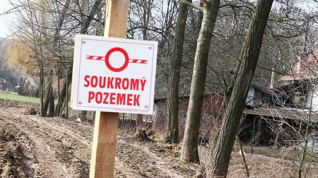 Vyškovský zemědělec rozoral svůj pozemek loni na podzim. Zároveň ho osadil zákazovými značkami.