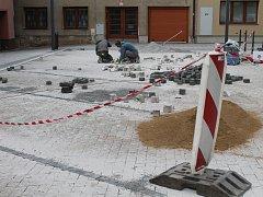 Rousínovská radnice nechala zhotovit projekt na rozšíření možností parkování u úřadu. Hotovo má být nejpozději v polovině října.