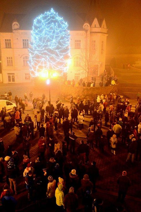 Zhruba osmiminutový slavkovský ohňostroj zhlédlo na Silvestra asi pět set lidí.
