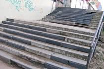 Zchátralé schodiště u obchodního domu Moravan ve vyškovských Dědicích se město chystá opravit. Z vyškovské kasy si úprava vyžádá skoro jeden a půl milionu korun.