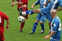 Loni na trávníku drnovického stadionu Jozef Majoroš (na snímku při střele) válel. Teď přijal pozvání  i k fotbalu v hale.