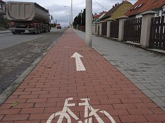 Pravá strana společné stezky pro chodce a cyklisty na Čechyňské ulici v Rousínově.