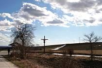 Na pahorku Čaroděň nad Bošovicemi při cestě na Velké Hostěrádky stojí od roku 2008 nový dřevěný kříž. Podle místní tradice se tu odehrávaly čarodějnické slety a hořely tam i hranice s ženami odsouzenými za obcování s ďáblem.