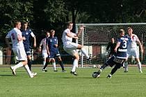 Hráči Rostexu Vyškov (v bílém) proti druholigovému Slovácku bojovali, fotbalově však na soupeře nestačili.