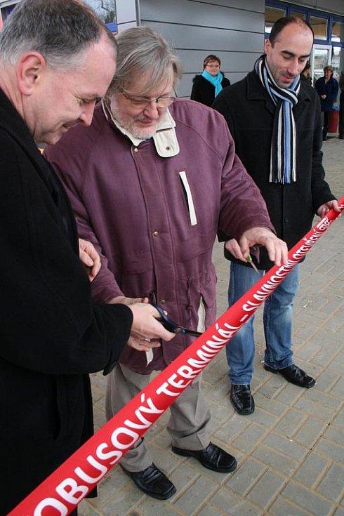 V Rousínově byla 22. prosince v deset hodin slavnostně přestřižena zástupci města páska od nového autobusového nádraží.