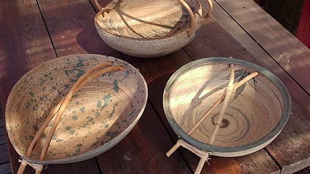 Klasickou kunštátskou keramiku, přitom však nápaditou a vtipnou, představí ve Slavkově u Brna trojice kunštátských výtvarníků. Na snímcích práce manželů Hluštíkových.