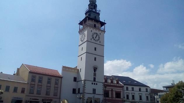 Renesanční radnice s věží je hlavní dominantou Masarykova náměstí ve Vyškově. Ilustrační foto.