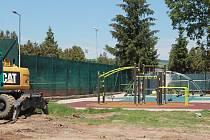 U zimního stadionu ve Vyškově začali dělníci stavět hřiště.