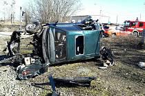 Vneděli se v Rousínově střetl nákladní vlak sosobnímautem.