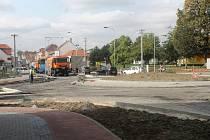 Dělníci předělávají nový kruhový objezd v Rousínově.