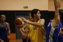 Basketbal, oblastní přebor II.: Vyškov (ve žlutém) vs Slavičín