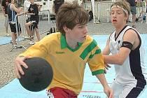 Na tři desítky mladých basketbalistů si zahrálo před mnoha přihlížejícími uprostřed vyškovského náměstí.