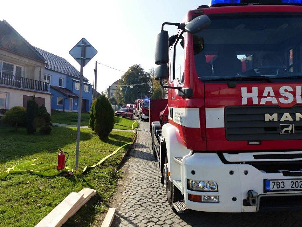 Míchačka slisovala auto v Brankovicích na Vyškovsku a ještě nabourala rodinný dům. Hasiči museli budovu zajistit.