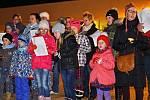 Ve Hvězdlicích si přišlo v roce 2014 koledy s Deníkem Rovnost zazpívat zhruba sedmdesát lidí.