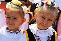 V Nových Hvězdlicích v sobotu odpoledne zavládlo hodové veselí. Průvod prošel městysem za doprovodu kapely Kozlaňáci.