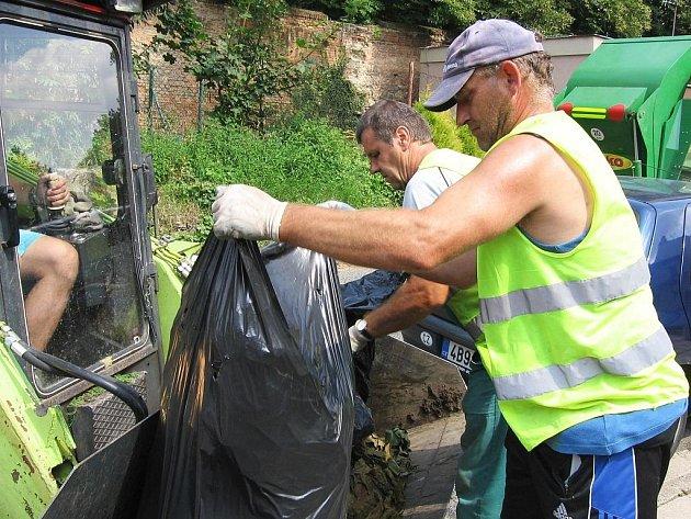 Kompostárna ve Slavkově u Brna funguje v sedmdesátidenních cyklech. Na počátku je svoz odpadu, na konci kvalitní humus.