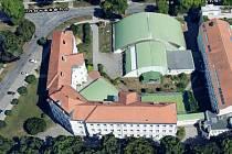 Základní škola Komenského zachycená z ptačí perspektivy.
