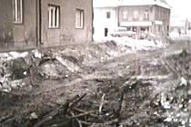 Zřícená palisáda u kostelní věže, foto z roku 1970.