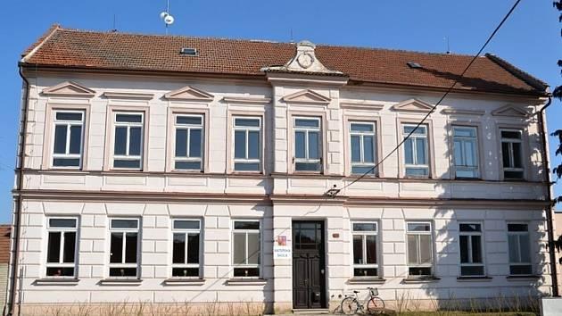 Budovu bývalé školy chce obec opravit do září.
