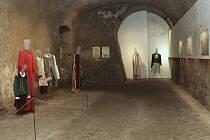 Prostorové instalace, řezby do kmenů, projekce zvuků zvenčí do podzemního labyrintu. To vše čeká návštěvníky výstavy studentů brněnské fakulty výtvarných umění. Na snímku uprostřed je sochařský objekt z trubic Matěje Řízka.