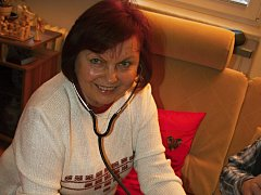 """Květoslava Krejčířová ve zdravotnictví pracovala desítky let. """"Ve škole nás učili, že pokud nám bude některý z pacientů nesympatický, máme si představit, že se jedná o někoho z rodiny. A na to jsem si opravdu několikrát vzpomněla,"""" přiznává."""