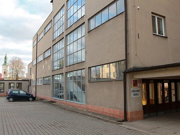 V areálu v Tyršově ulici plánuje Rousínov městské centrum. Děti ze základní školy můžou mít kroužky i výdejnu jídla při ruce.