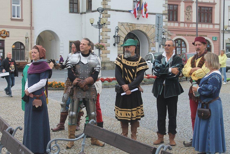 Dny památek si účastníci loni připomněli šermem i historickými kostými.
