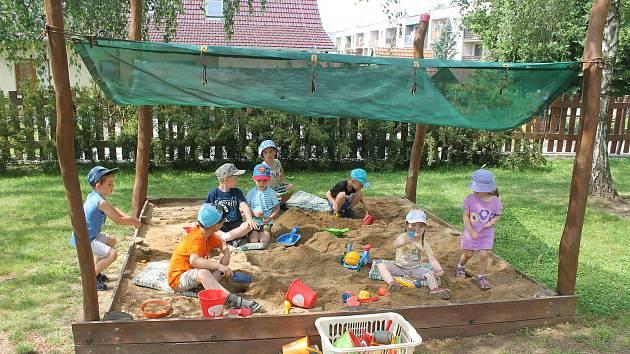 Školka v Lulči je otevřená všem. Děti nejraději plní úkoly