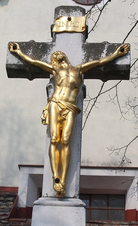 Kříž před kostelem svatého Václava.
