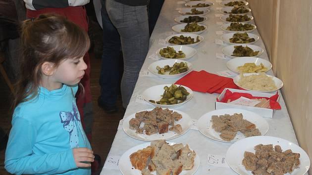 V Podomí pořádali první ročník Podomského mlaskání. Lidé chutnali několik druhů sekaných, okurků a chlebů.