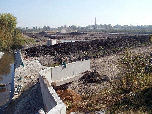Stavba protipovodňových opatření ve Slavkově v místech budoucích mokřadů.