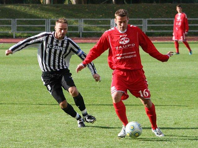 Vyškovští fotbalisté (v červeném) na domácím hřišti porazili hráče Žďáru nad Sázavou 3:2.