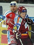 Pavel Kolařík (vzadu) dotáhl svou hokejovou kariéru díky základům od Emila Pilouška až do extraligové Slávie.