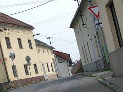 Kvůli nepřehledné situaci na křižovatce ivanovická radnice chce koupit dům Zdeňka Moučky (na snímku vpravo u křižovatky).