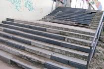 Zchátralé schodiště u obchodního domu Moravan.