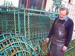Veškeré kovářské práce na brněnské Löw-Beerově vile zaměstnávají křenovického kováře a restaurátora Oldřicha Bartoška.