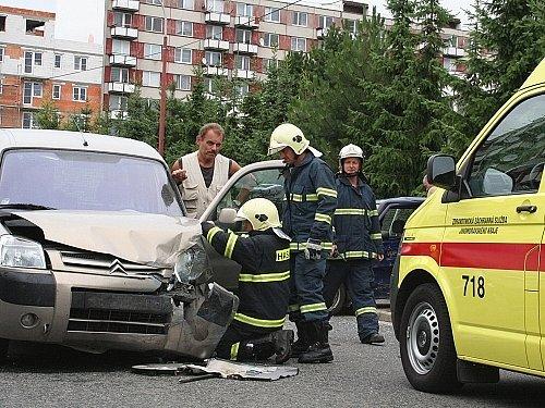 Štěstí v neštěstí měl v úterý řidič, který způsobil dopravní nehodu v Tyršově ulici ve Vyškově. Jedno z aut totiž přeletělo přes chodník a vyvrátilo patník s oplocením kolem tamní základní školy.