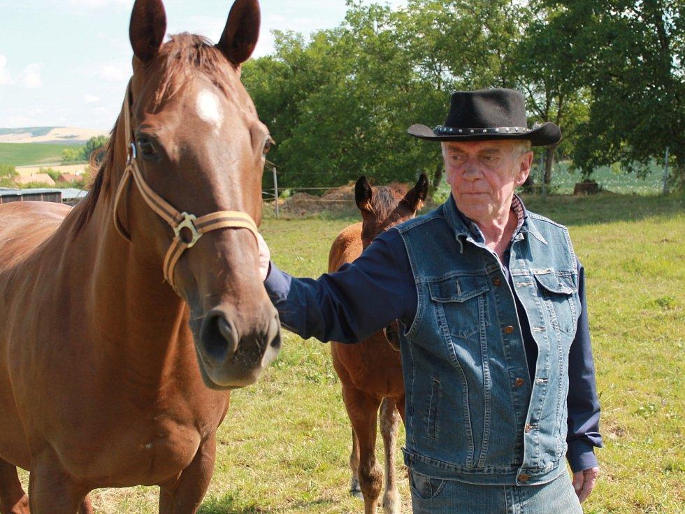 Ve svých domovských Marefách má Jiří Wasserburger farmu jen sto padesát kroků od domu. Chodí tam za koňmi skoro každý den, a protože ho už nevyčerpává práce, chystá se, že brzy opět začne i jezdit.